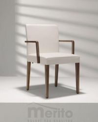 D 21 stolička s masívnymi nohami s podrúčkami, Hülsta